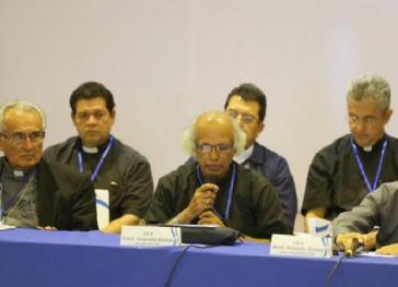 Kardinal Leopoldo Brenes (Mitte) gab am Mittwoch die Aussetzung des Dialoges in Nicaragua bekannt