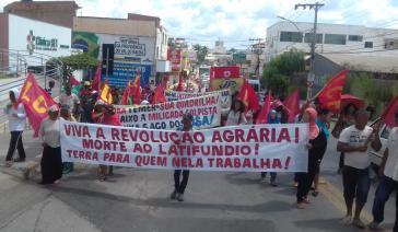"""Der Verband armer Kleinbauern in Brasilien kämpft gegen den Großgrundbesitz und fordert """"das Land denen, die es bearbeiten"""" durch eine Agrarreform"""