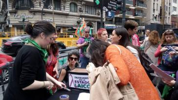 Straßenstand in Buenos Aires, Argentinien, zur Unterstützung beim kollektiven Kirchenaustritt