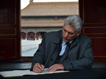Kubas Präsident trägt sich ins Gästebuch der Verbotenen Stadt in Beijing ein