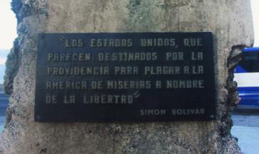 """Der kubanische Gedenkstein vor der US-Botschaft in Havanna zitiert Simón Bolívar: """"Die USA scheinen dazu bestimmt, Amerika im Namen der Freiheit ins Elend zu stürzen."""""""