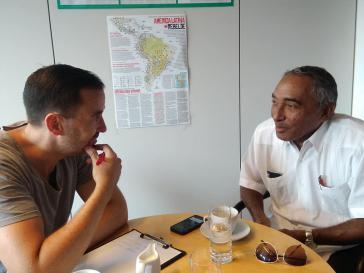Amerika21-Redakteur Harald Neuber im Gespräch mit Arnaldo Tamayo, einem Abgeordneten aus Kuba