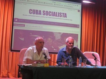 Enrique Ubieta Gómez und Helmo Hernández Trejo bei der Pressekonferenz am Geburtstag von Karl Marx, dem 5. Mai, in Kubas Hauptstadt