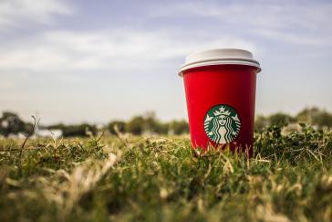 Der Kaffeegigant Starbucks bestreitet, jemals Kaffee von einer Plantage bezogen zu haben, auf der Menschen ausgebeutet wurden. Dabei ist die Plantage seit zwei Jahren von Starbucks zertifiziert.