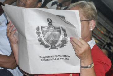 Kubanerin liest Entwurf der Reformverfassung