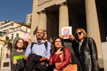 """Aktivisten des Opferverbandes Londres 38 in Chile am ersten Prozesstag. Sie fordern """"Die volle Wahrheit, die volle Gerechtigkeit"""""""