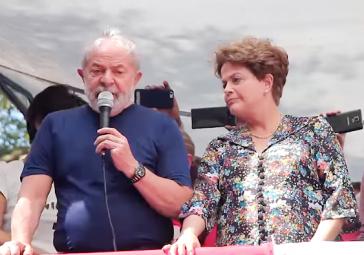 Lula da Silva bei seiner Ansprache am Samstag. Neben ihm die 2016 durch einen parlamentarischen Putsch gestürzte Dilma Rousseff
