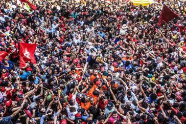 Der beliebteste Politiker Brasiliens, Lula da Silva ‒ hier mit Anhängern vor der Gewerkschaftszentrale kurz vor Haftantritt ‒ ist seit dem 7. April im Gefängnis