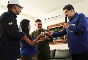 Venezuelas Präsident Nicolás Maduro übergibt einer Familie die Schlüssel für ihre neue Wohnung, die im Rahmen der Gran Misión Vivienda gebaut wurde