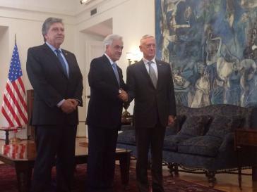 Der US-Verteidigungsminister James Mattis (rechts) kam auf seiner Reise durch Südamerika unter anderem mit den chilenischen Präsidenten Sebastian Piñera (Bildmitte) zusammen