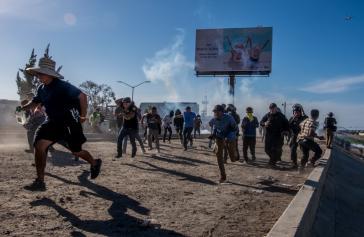 US-Grenzpolizisten drangen auf mexikanisches Gebiet vor und beschossen Migranten mit Tränengas und Gummipatronen