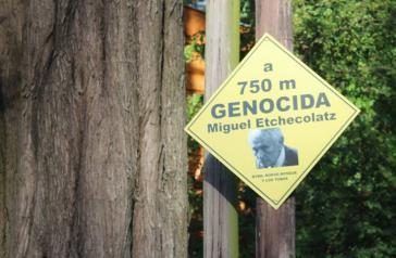 """""""Warnschild"""" in der Nähe des Wohnsitzes von Miguel Etchecolatz in Argentinien"""