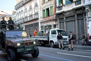 """Werden Polizei und Militär in Brasilien bei diesem Einsatz wohl als """"Freund und Helfer"""" wahrgenommen?"""