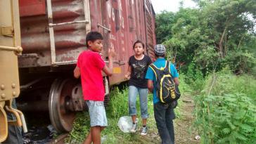 Minderjährige Migranten vor einem Güterzug auf dem Weg von Mexiko in die USA