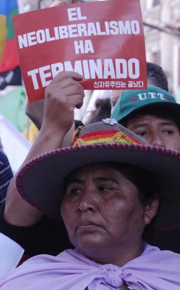"""""""Mit dem Neoliberalismus ist es vorbei"""". Bei einer der zahlreichen Demonstrationen gegen den WTO-Gipfel in Buenos Aires"""