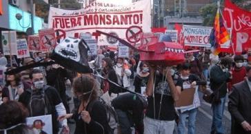 """Seit Jahren kämpfen soziale Bewegungen in Argentinien gegen den Einsatz von Gensoja und Glyphosat und fordern, wie hier bei einer Demonstration in Córdoba 2012 """"Monsanto raus"""""""
