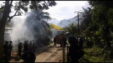 Gewaltsames Vorgehen der Polizei unter Einsatz von Tränengas gegen das friedliche Blockadecamp in Pajuiles, Honduras, am 3. Mai 2018