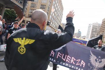 Neonazis der Gruppe Tercera Fuerza bei einer Demonstration in Bogotá, Kolumbien