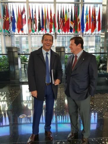 Der Gouverneur von Nequén, Argentinien, Omar Gutierrez (links), traf den argentinischen Botschafter in den USA, Fernando Oris de Roa, um über das das Katastrophenzentrum zu sprechen