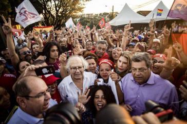 Lula-Anhänger vor dem Gefängnis Curitiba, Brasilien. In ihrer Mitte (im weißen Hemd) der argentinische Friedensnobelpreisträger Adolfo Pérez Esquivel, dem ein Besuch bei Lula von den Behörden verweigert wurde