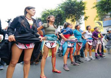 Protestaktion von Frauen in Peru: Sie fordern Ermittlungen wegen der massenhaften Zwangssterilisationen unter Machthaber Fujimori in den 1990er Jahren