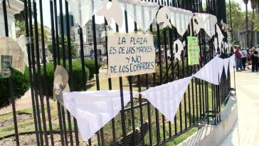 """Protestaktion der Madres de Plaza de Mayo in Buenos Aires, Argentinien: """"Der Platz gehört den Müttern, nicht den Feiglingen"""""""