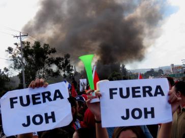 """Straßenblockade in einem Stadtteil von Tegucigalpa, der Hauptstadt von Honduras, gegen die Amtseinführung von Juan Orlando Hernández: """"JOH raus"""""""