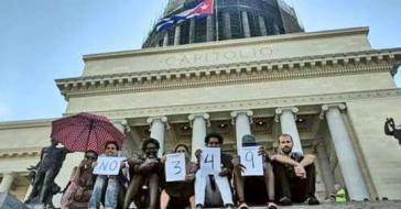 Protest kubanischer Künstler vor dem Kapitol in Havanna gegen das Dekret 349