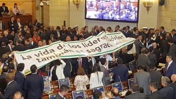 Protestaktion der Opposition im neugewählten Kongress in Kolumbien gegen die Ermordung sozialer Anführer