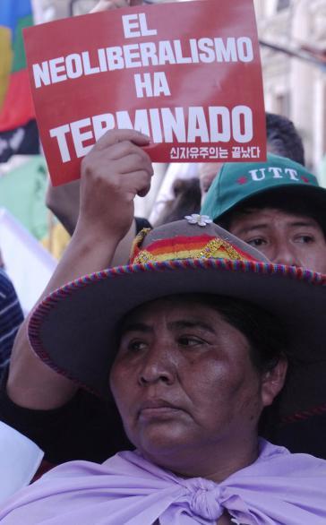 """""""Mit dem Neoliberalismus ist Schluss"""". Bei der Demonstration gegen den WTO-Gipfel in Buenos Aires"""