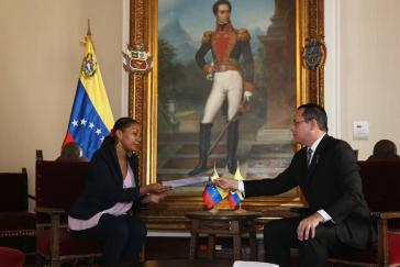 Der Vize-Außenminister von Venezuela für Lateinamerika, Alexander Yánez, und die Geschäftsträgerin der ecuadorianischen Botschaft, Elizabeth Méndez