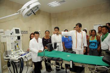 Der damalige Präsident von Ecuador, Rafael Correa, bei der Einweihung eines der zahlreichen neuen öffentlichen Krankenhäuser, hier in Tena in der Provinz Napo (2011)
