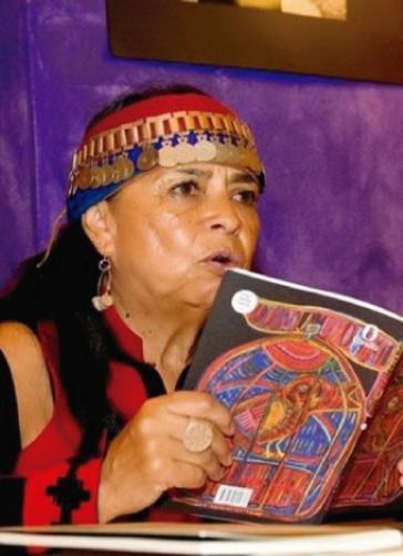 Die  Mapuche-Aktivistin Rayen Kvyeh aus Chile bei einer Lesung