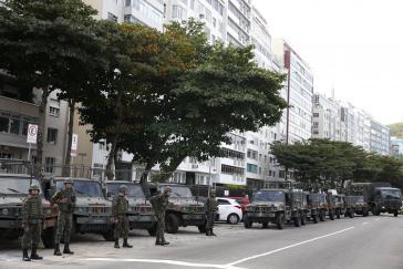 Das brasilianische Militär drang diese Woche in vier Favelas in Rio de Janeiro ein. Hier eine Patrouille in der Nähe des Strands von Leme