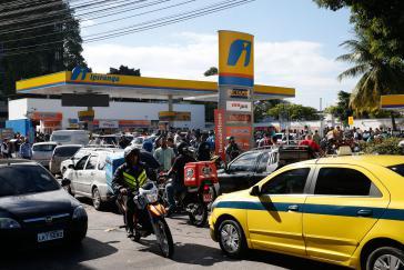Vor Tankstellen bildeten sich in den letzten Tagen lange Warteschlangen