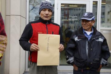 Saúl Luciano Lliuya und sein Vater Julio aus Peru bei der Klageeinreichung vor dem Landgericht Essen am 24. November 2015