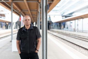 Der ehemalige argentinische Flüchtling Sergio Ferrari auf einem Perron beim Bahnhof Bern