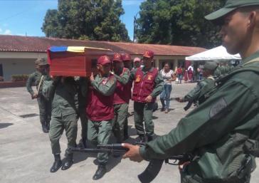 Der Sarg einer der vier gefallenen Soldaten der venezolanischen Streitkräfte