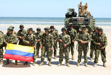 Eine Spezialeinheit der kolumbianischen Streitkräfte am Strand von Mayport, Florida (USA) nach einem gemeinsamen Manöver mit Einheiten des US Marine Corps