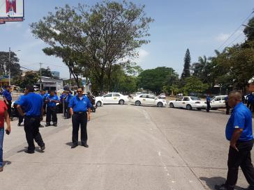 Straßenblockade von Taxi-Fahrern am Bulevard Suyapa, Tegucigalpa, Honduras