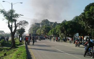 Straßensperre in Choloma, Honduras, am vergangenen Freitag. Protestiende fordern den Rücktritt von Präsident Hernández, dem sie Verfassungsbruch und Wahlbetrug vorwerfen