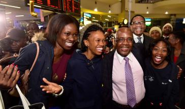Medizinstudenten aus Kuba am Flughafen in Johannesburg