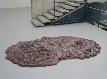 Das Ferrero-Produkt Nutella hat bereits Einzug in die Kunstwelt gehalten, so in diesem Werk des Bildhauers Thomas Rentmeister:  Ohne Titel, 2000, Nutella, ca. 25 x 270 x 180 cm