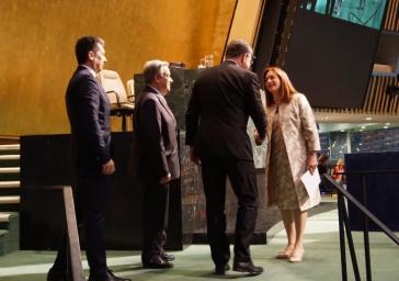 María Fernanda Espinosa aus Ecuador nimmt die Glückwünsche ihres Vorgängers sowie des UN-Generalsekretärs António Guterres (2.v.l.) entgegen