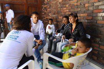 UNHCR-Vertreter im Gespräch mit Vertriebenen in Kolumbien. In dem südamerikanischen Land gibt es 7,4 Millionen Binnenflüchtlinge