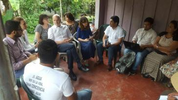 UN-Sonderberichterstatter Michel Forst (im weißen Hemd) besuchte Umweltaktivisten im Blockadecamp in Pajuiles, Honduras