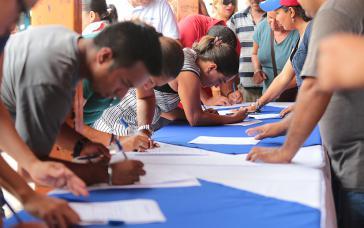 """Anhänger der Regierung Ortega sammeln Unterschriften unter dem Motto """"Gerechtigkeit für die Opfer des Terrorismus"""""""