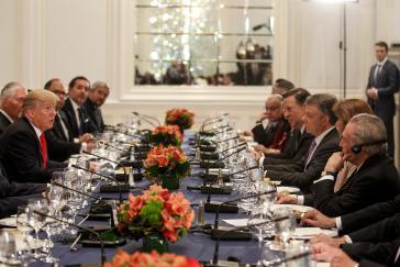 Donald Trump und die Präsidenten von Brasilien, Panama, Kolumbien und Argentinien in Begleitung von weiteren Regierungsvertretern beim privaten Abendessen im September 2017