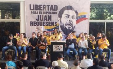 """... während Mitglieder von Primero Justicia die Freilassung von Juan Resquenes forderten, den sie als """"Geisel"""" der Regierung bezeichnen"""