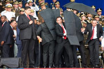 Attentat in Caracas, Venezuela: Leibwächter schirmen Maduro mit schusssicheren Matten ab